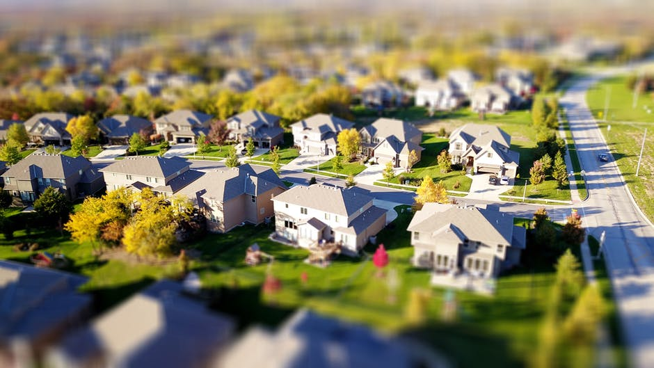 A high angle shot of properties located in a suburban neighborhood